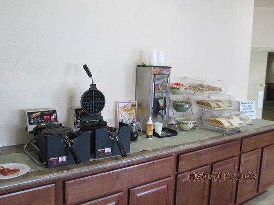 Quality Inn Midtown: Waffles, muffins, toast