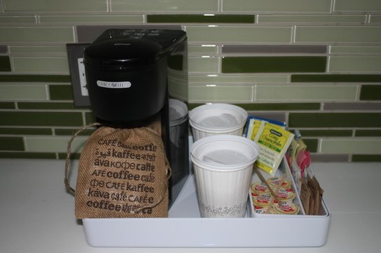 Element Lexington: Coffee and tea in room