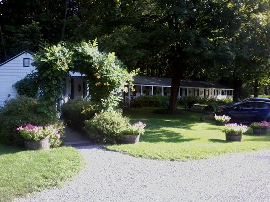 The Woodstock Inn on the Millstream : Garden entrance to the Inn