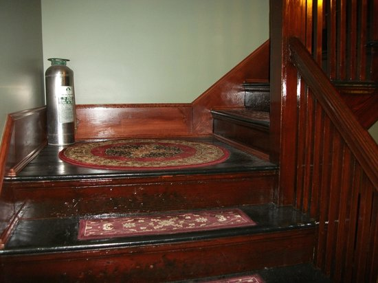 Firehouse Inn: Charming stairs from the main level to the 2nd floor that houses the rooms.