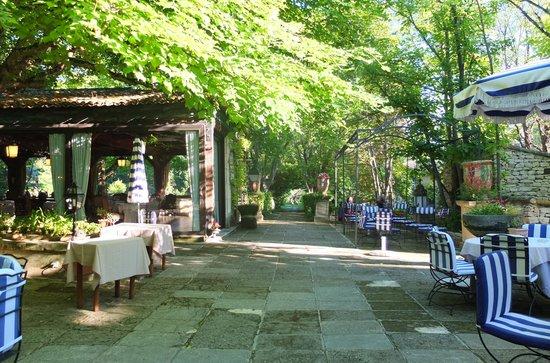 Le Mas d'Entremont : Jardim e restaurante externo
