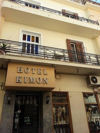 Kimon Athens Hotel: Hotel on a slight downward-sloping road