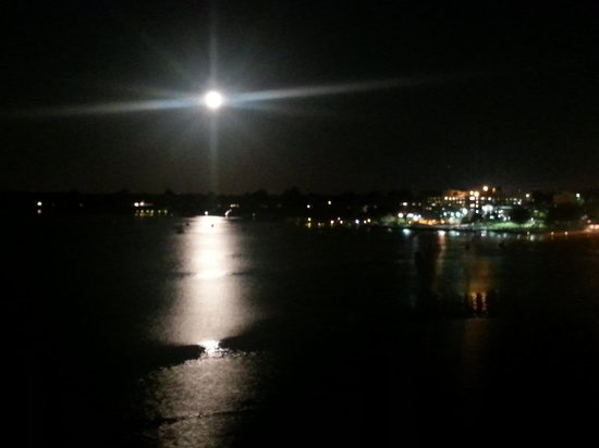 Oyster Point Hotel: Moon rise over the Navasink River