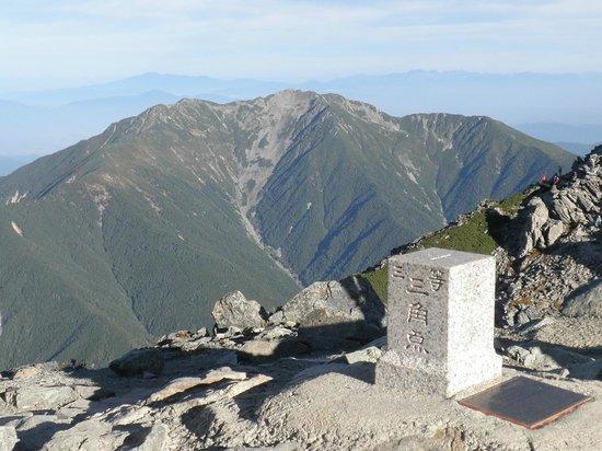 Mt. Kitadake: 北岳山頂から望む仙丈ヶ岳