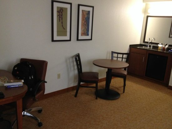 Hyatt Place Raleigh-Durham Airport: Table/wet bar