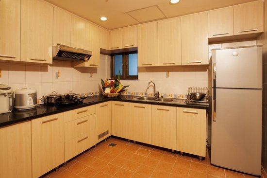 Sherwood Residence: Kitchen room