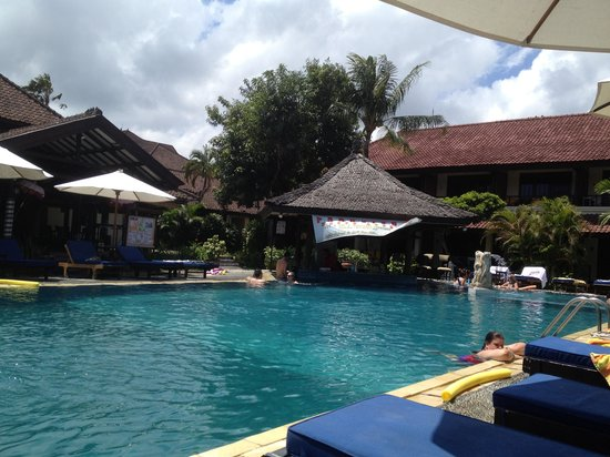 Legian Paradiso Hotel: Pool Bar- excellent service