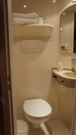 Premiere Classe Bayeux: Bathroom