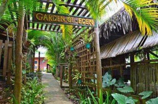 Garden of Eden Inn: Entryway to the property.