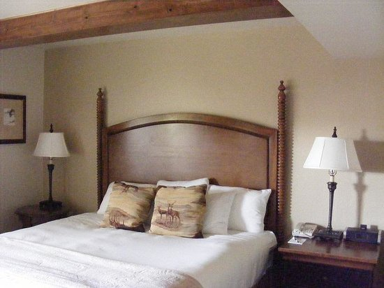 Snake River Lodge and Spa: Very comfortable beds with plenty of pillows!