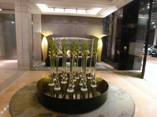 Hotel Arts Barcelona: lower valet/bell lobby