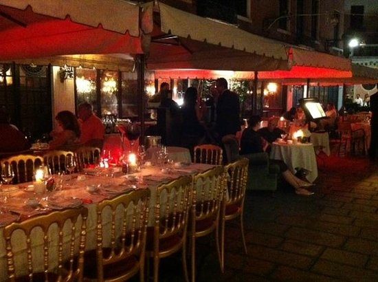 Taverna La Fenice : Taverna at night