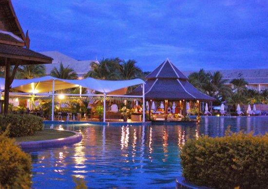 Sofitel Krabi Phokeethra Golf & Spa Resort: The poolside at dusk