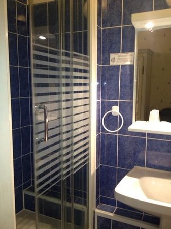 Hotel Anne De Bretagne: the shower area