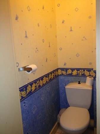Hotel Anne De Bretagne: the water closet