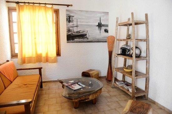 Ilias Apartments: Living room