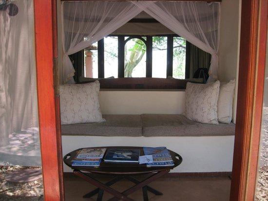 Sanctuary Chobe Chilwero: Sitz-Leseecke mit Wildlifezeitschriften und Büchern über Flora und Fauna.