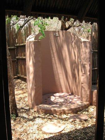 Sanctuary Chobe Chilwero: Außendusche im privaten kl. Garten.