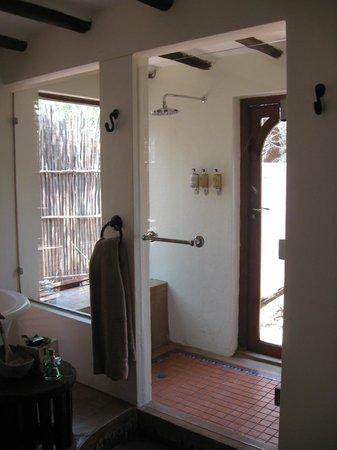 Sanctuary Chobe Chilwero: Innendusche mit Tür in den privaten kl. Garten.