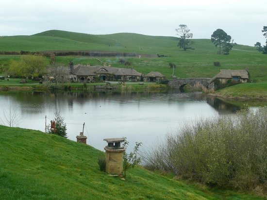 Hobbiton Movie Set: Looking over lake towards the Green dragon Inn