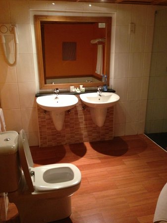 Golf Course Hotel : bathroom