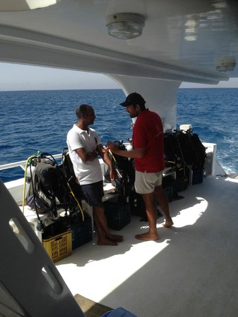 SEAWOLF - Divers: Dive instructors Salah (white T-shirt) and Mohamed