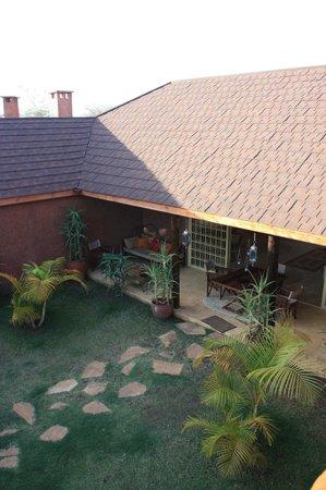 Lemala Kilivillas: Courtyard providing lots of shade