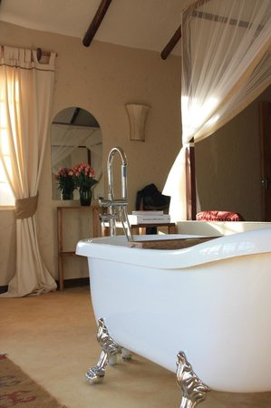 Lemala Kilivillas: Bathtub in our bedroom