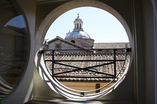 Navona Queen : port hole window over rooftops
