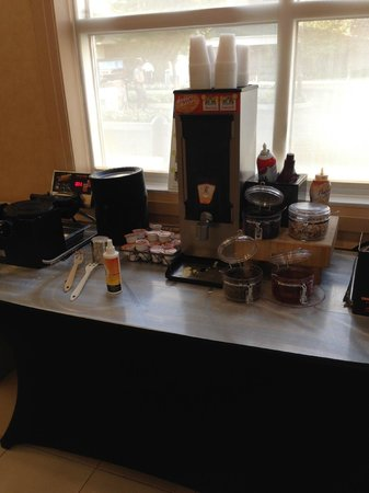 Residence Inn Newark Elizabeth/Liberty International Airport: Breakfast, waffle corner