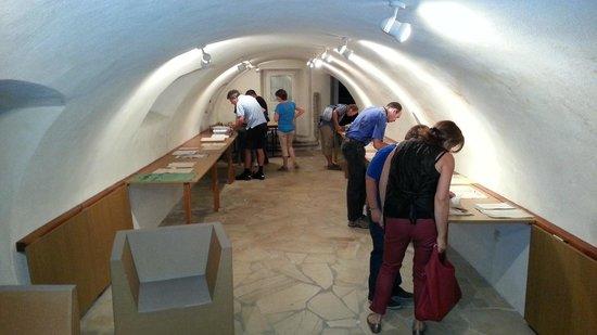 Office de Tourisme D'Etoile sur Rhône : Une des deux salles d'exposition de l'Office de tourisme