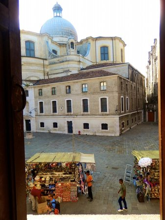 Hotel San Geremia : This was the view from our room of the church and Campo San Geremia
