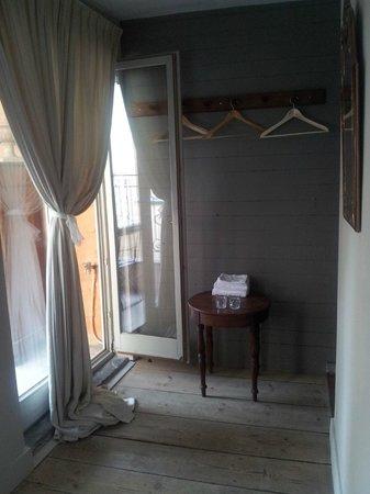 Bed & Breakfast Maryline: No dresser but hangers