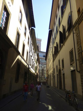 Academy Hostel: This is the view from directly outside of the hostel of the Piazza Del Duomo - sooo close!