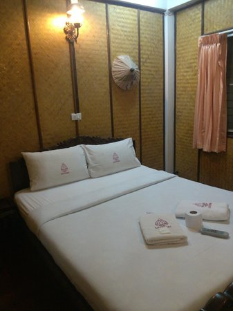 Lai-Thai Guest House : bed