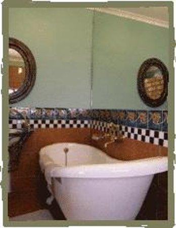 Lotus Bed and Breakfast: Aloe Cottage Bathroom