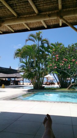 Peninsula Beach Resort Tanjung Benoa: Pool to the beach