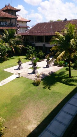 Peninsula Beach Resort Tanjung Benoa: central courtyard looking to Reception on middle floor