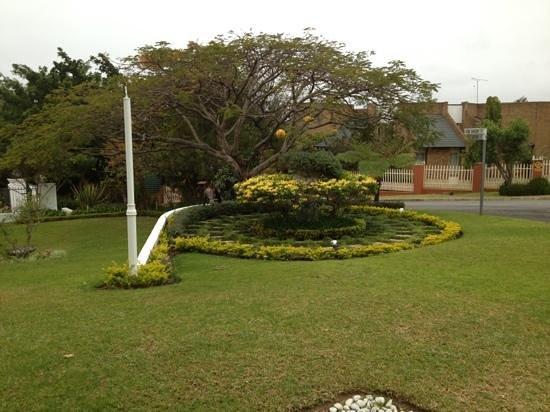 Shandon Lodge: Manicured Garden
