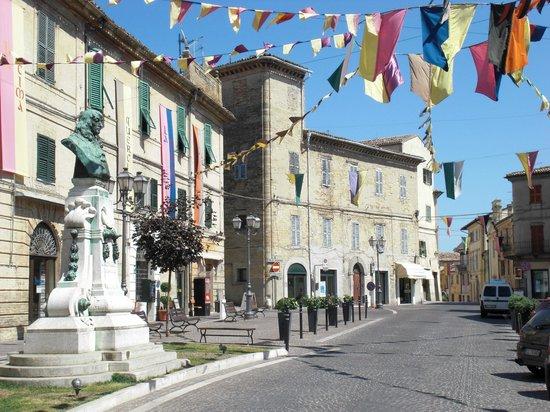 Camerano, Italië: Piazza Roma