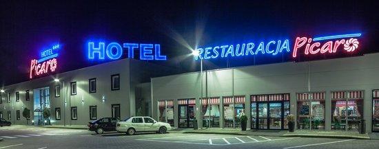 Hotel Picaro - Żarska Wieś Południe : Hotel by night