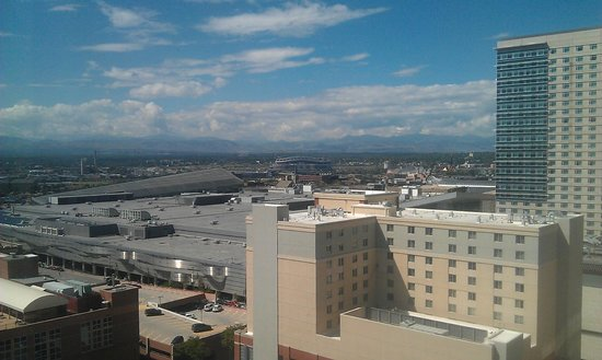 Crowne Plaza Hotel Denver: View from 19th floor towards The Rockies