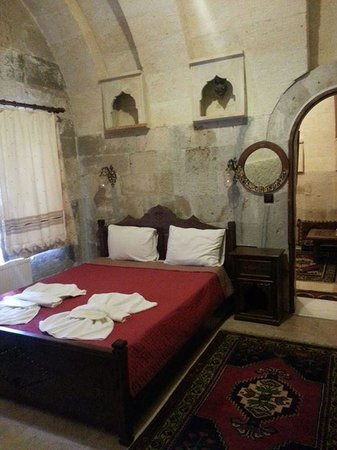 Vineyard Cave Hotel: Inner room with queen bed and wardrobe, etc.
