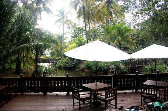 Tanjong Jara Resort: Vue sur rivière et mer du restaurant principal