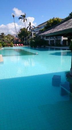 Peninsula Bay Resort: main pool with swim-up bar