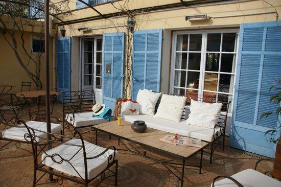 L'Auberge des Glycines : Le salon dans le patio