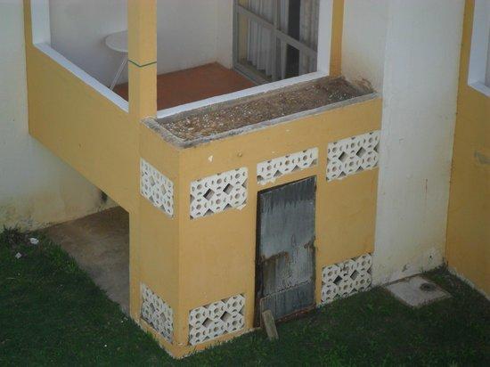 Algarve Gardens: Portas e fachadas danificadas