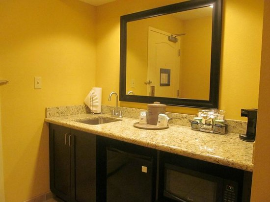 Hampton Inn & Suites Moreno Valley : Bathroom...large counter