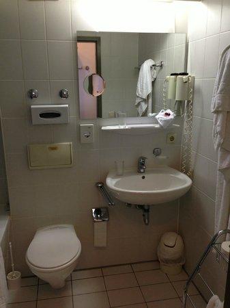 Hotel AMENITY Munich : bagno: piccolo ma pulito ed attrezzato