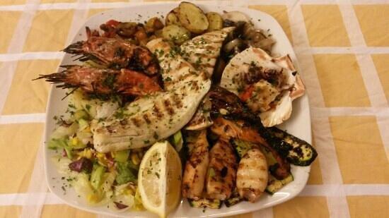 Costanzana, Italie : grigliata mista di pesce fresco